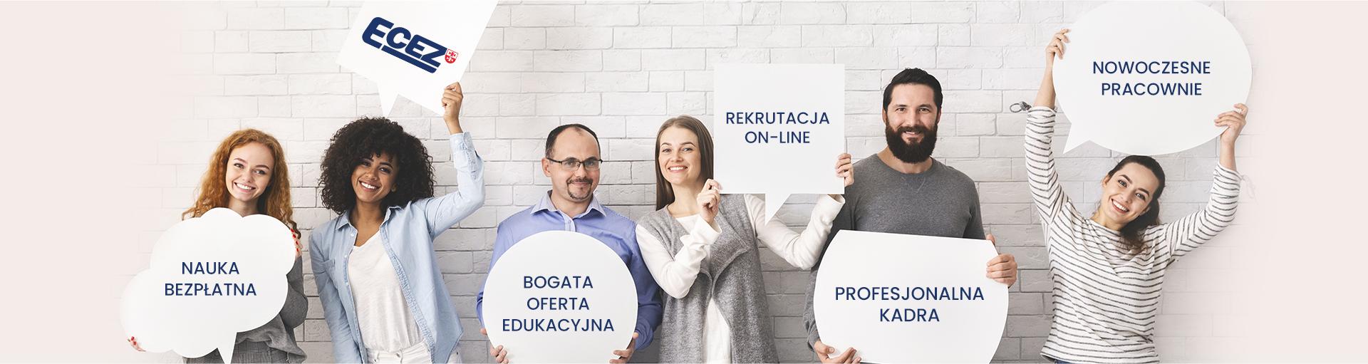 zdjęcie przedstawiające uśmiechnięte osoby trzymające plansze z hasłami reklamowymi - bogata oferta edukacyjna, nowoczesne pracownie